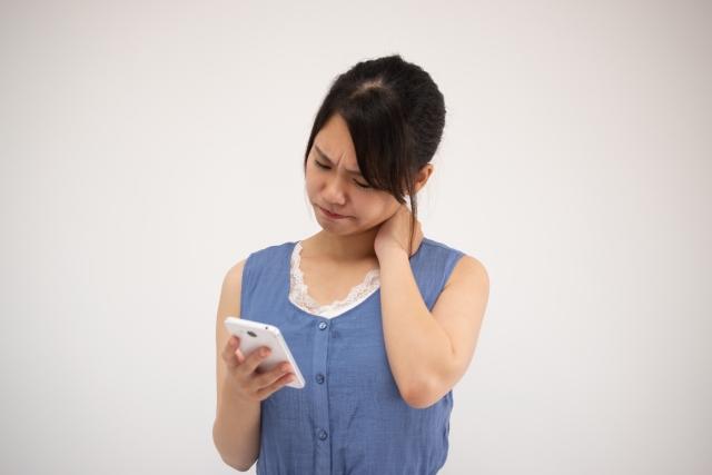 長時間のスマホ操作も首コリの原因になります