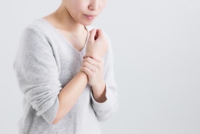 指の使い過ぎだけでなく姿勢の悪さも原因になります