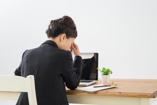 パソコンやスマホ操作時の姿勢の悪さも原因になります