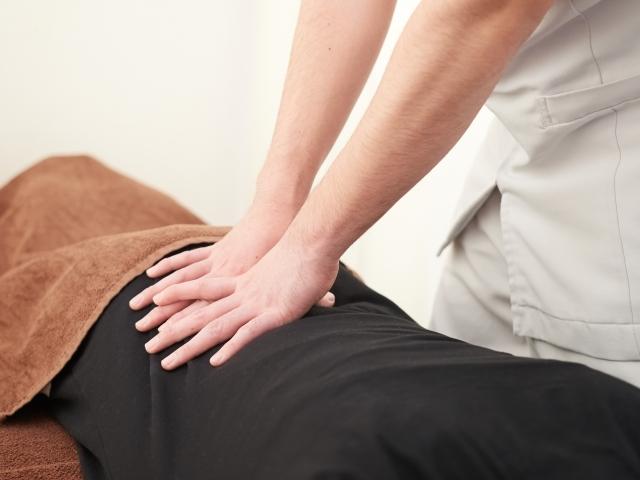 優しく背骨を揺らす施術で身体の歪みを整えて症状を改善します