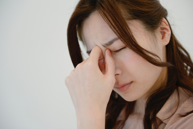 眼精疲労から来る辛い症状に悩む女性