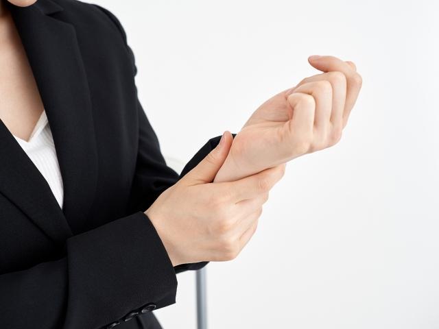 腱鞘炎の辛い症状に悩む女性の手