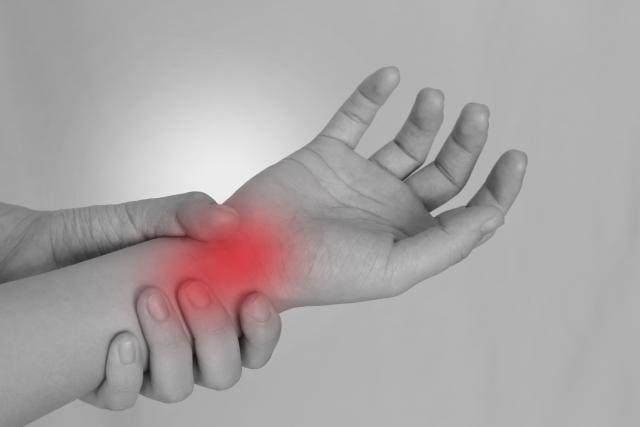 手の使い過ぎや姿勢の悪さも腱鞘炎の原因になります